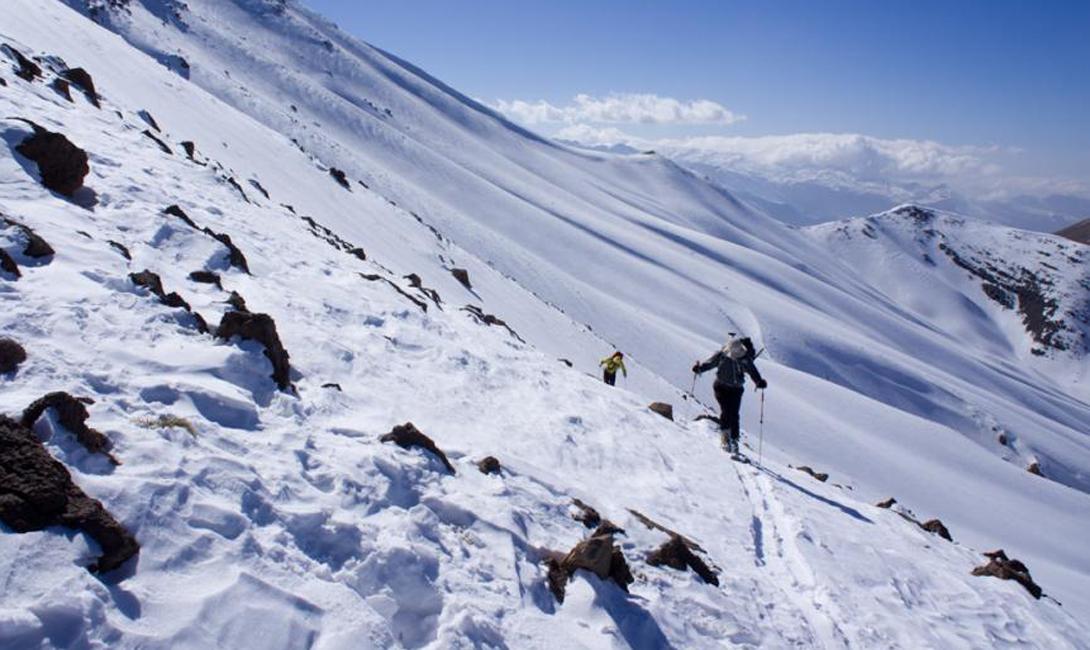 Солнце диктует лыжникам свои условия: склоны, обращенные к северу, засыпаны снегом, в то время как южные склоны неприветливо скалятся обнаженными обломками скальной породы.