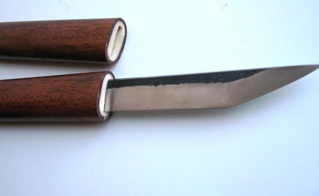Танто История этого ножа восходит еще к началу средних веков. Танто оставался последним аргументом самурая: укороченный клинок, удобно спрятанный в бамбуковом чехле, нередко решал ход боя самостоятельно. Обычная длина клинка — 30 сантиметров, заточка бывает как односторонней, так и двусторонней.