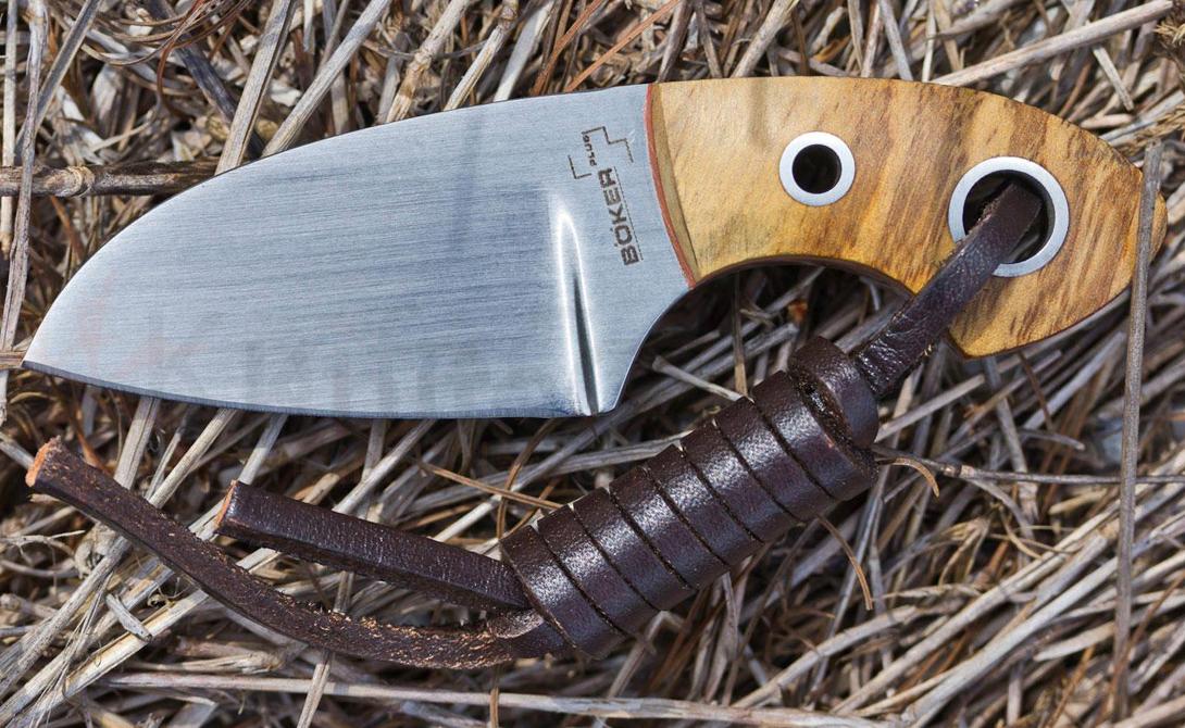 Boker Plus Voxknives Gnome Шейный нож от датского мастера Джаспера, сработавшего в коллаборации с Boker. «Гном» мал, но довольно весом — 47 граммов приятно лежат в руке и не дают этой крохе потеряться в ладони. Длина ножа чуть превышает пять сантиметров, тогда как его толщина — целых 3,5 мм. Это дает владельцу опцию использовать нож в качестве крепкого, надежного упора.