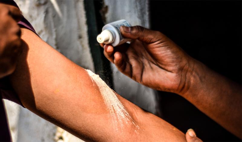 Перекись водорода — прекрасное дезинфицирующее порезы средство. Им же можно стереть пятно крови с одежды.