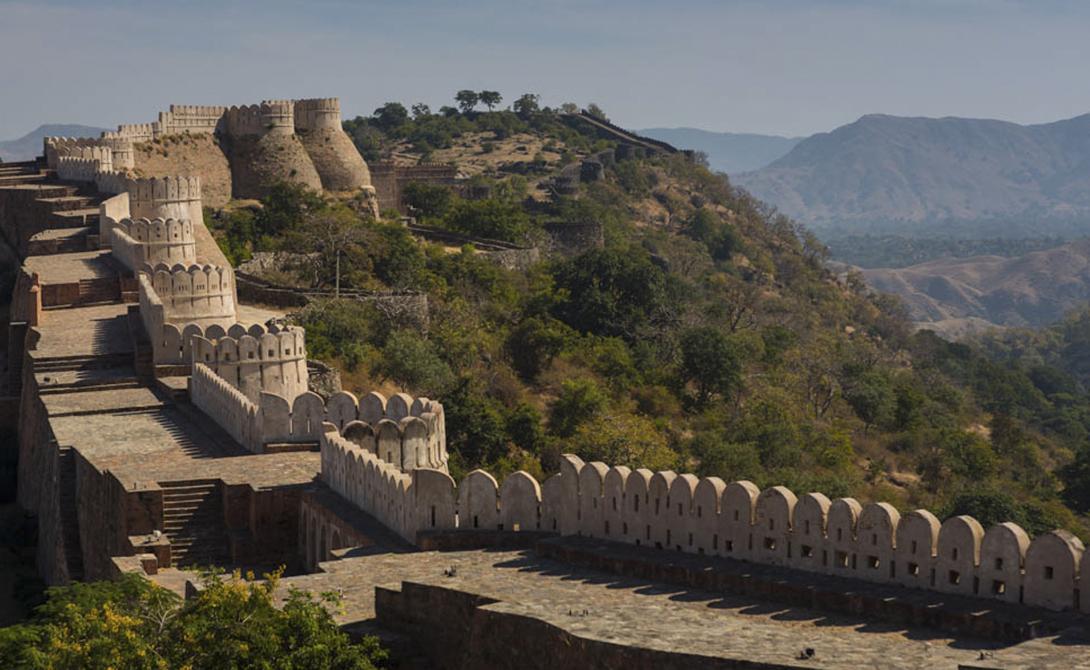 Великая Индийская стена Индия Все, конечно же, наслышаны о существовании Великой Китайской стены, но мало кто знает, что Индия также имеет свою собственную стену, простирающуюся на целых тридцать шесть километров. Ширина ее достигает четырех метров. Рана Кумбха, местный правитель, построил эту стену в 1443 году, чтобы защитить свою крепость, расположенную выше на холме. Стена была увеличена в 19-ом веке и теперь охраняет более 360 храмов, расположенных в ее уютной тени.
