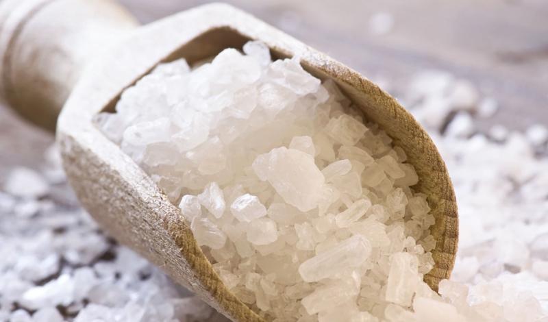 Соль и давление Хлорид натрия напрямую связан с опасностью повышенного кровяного давления. Он и так присутствует в организме, выполняя роль регулировщика жидкостных и кровяных потоков. Повышая содержания хлорида натрия в крови, человек добровольно увеличивает нагрузку на сердце, мозг и артерии, что приводит к перманентно повышенному давлению.