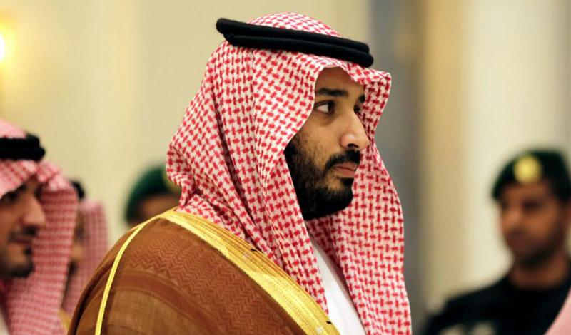Принц Мухаммед начал создавать себя еще в юности. Первыми шагами стала торговля акциями на западных биржах — и оружием, внутри страны. Его отец был в состоянии прикрывать тыл, но принц редко попадал в переделки. В отличие от своих старших сводных братьев, Мухаммед не стал уезжать на учебу за границу, выбрав становление в университете Эр-Рияда. Сокурсники и преподаватели отзывались о нем как о серьезном молодом человеке, не употреблявшем спиртное и посвящавшем все свое время делу.