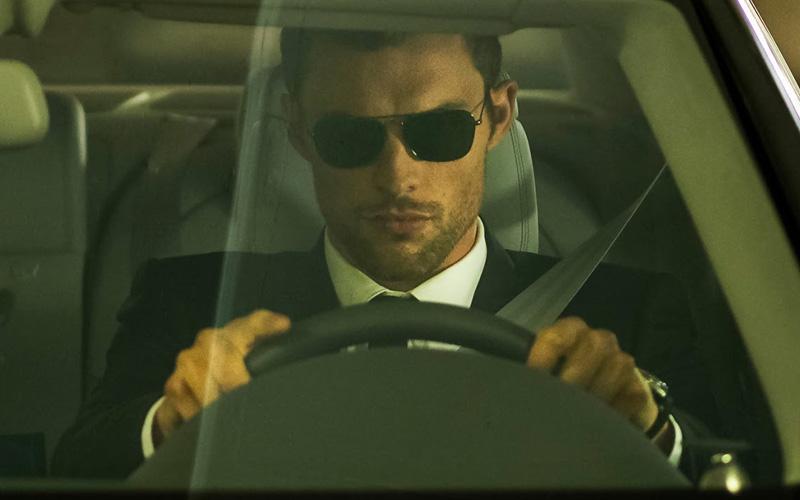 Не выкручивайте руль заранее По крайней мере, во время остановки на повороте, с которого вы планируете двинуться налево. Руль — только прямо, чтобы автомобиль не выкинуло на встречку после внезапного удара сзади.
