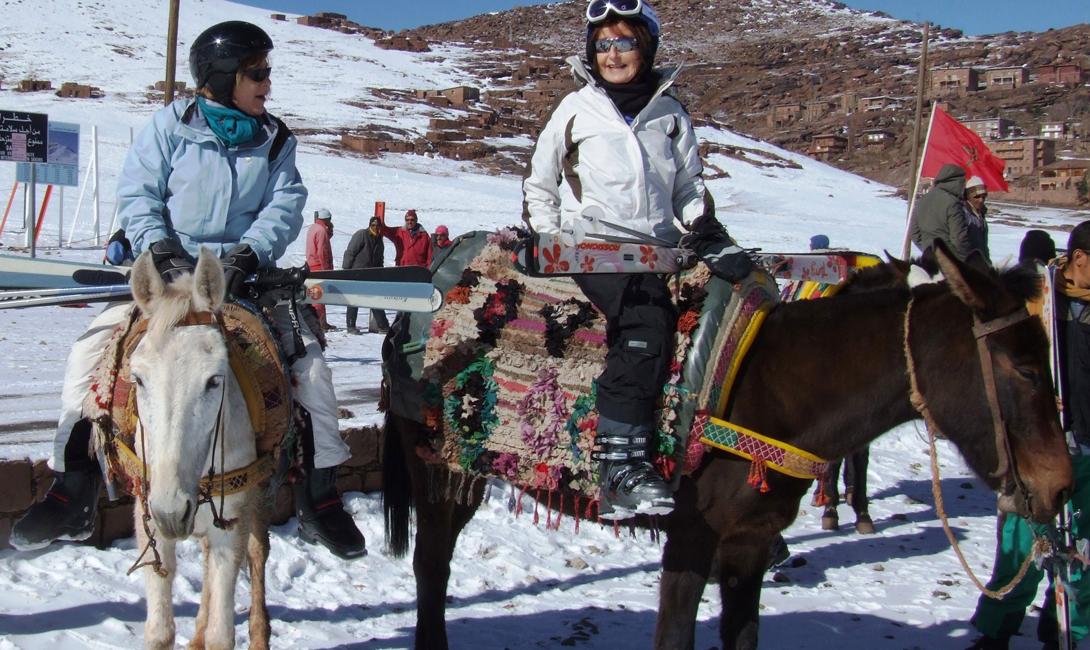 Забудьте о подъемниках. На нижних уровнях склона Укаймеден вы можете повстречать одного из местных, который подрабатывает подвозя страждущих на своей лошадке.
