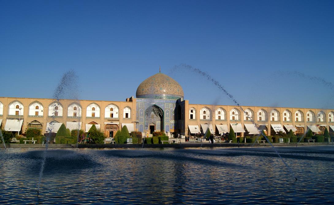Мечеть шейха Лютфуллы Иран Мечеть шейха Лютфуллы строилась на протяжении долгих семнадцати лет: здесь погибло бесчисленное множество рабов. До сих пор мечеть считается одним из наиболее выдающихся памятников персидской архитектуры и охраняется ЮНЕСКО.