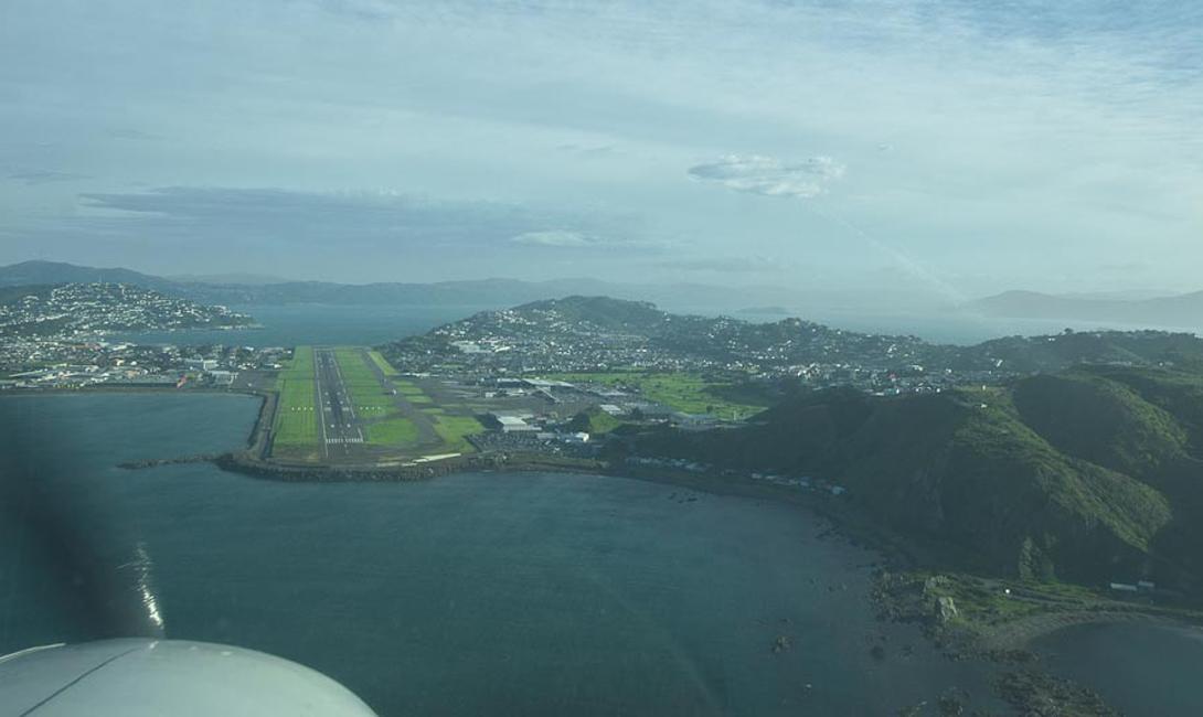 Остров Саба Аэропорт Хуанчо-Ираускин Взлетно-посадочная полоса в этом аэропорту является самой короткой в мире и составляет чуть менее 400 метров. Сразу за полосой начинается крутой склон, а за ним океан. Садиться в аэропорту разрешено только трем типам самолетов, но даже их пилотам надо обладать недюженной сноровкой, чтобы благополучно посадить здесь самолет.