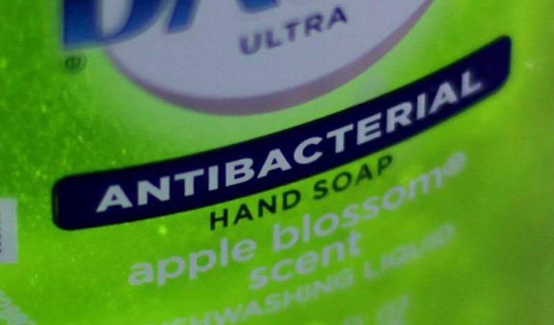 Антибактериальное мыло Антибактериальное мыло не более эффективно в убийстве бактерий, чем обычное. А вот триклозан, активный ингредиент антибактериальных моющих средств, может вам даже навредить. Ученые уже доказали: регулярное использование антибактериального мыла приводит к тому, что организм повышает устойчивость к антибиотикам.