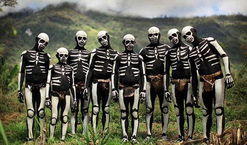 Папуа — Новая Гвинея Общее количество языков: 839 Эта страна — абсолютный рекордсмен по количеству языков: здесь сосредоточено около 10% всех наречий мира. Самый распространенный — ток писин, затем следует хири моту и английский. Знанием последнего, правда, может похвастаться лишь 1% населения. Такая ситуация обусловлена местным рельефом: народы живут в долинах, каждая из которых огорожена горами, коммуникаций между ними почти нет.