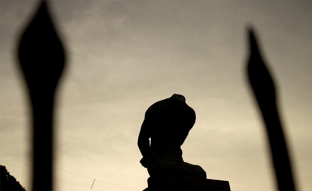 Безголовый воин Где стоит: Легаси, ФиллипиныАвтор: неизвестен Власти города утверждают, что статуя безголового солдата — памятник воинам народности Бикол, погибшим во время Второй мировой войны. Местные же уверены, что скульптура была установлена общиной бикол и символизирует пытки, которые любили применять воины этого племени.
