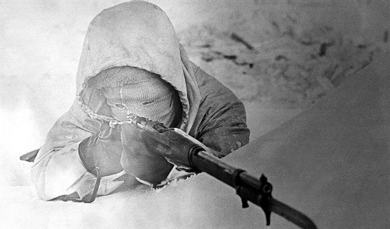 Симо Хяюхя vs. Красная армия Всего за сто дней потомственный охотник Симо умудрился застрелить пятьсот бравых воинов Красной Армии — конечно, русским поневоле пришлось предпринять какие-то ответные меры. Флегматичный финн пристрелил всех посланных на его поимку снайперов, одного за другим. Но не смог предусмотреть случайности и получил пулю прямо в лицо от обычного рядового, вооруженного винтовкой Мосина. Симо пережил и ранение, и всю войну целиком, окончив свои дни весьма уважаемым на родине человеком.