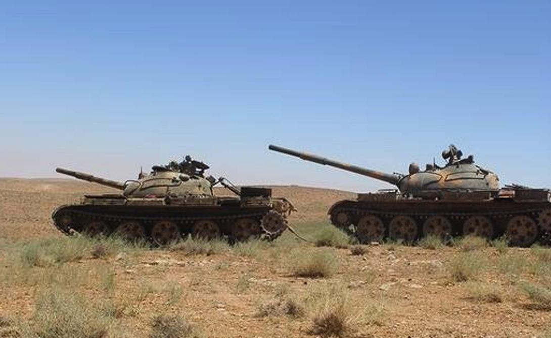 Танк Т-62 ISIS имеет примерно 15 танков Т-62. Т-62 был главным cоветским тяжелым танком, разработанным, чтобы заменить T-55. Этот танк пользовался большой популярностью у иракцев во время ирано-иракской войны. Броня машины толще, пушка уже 115-мм, а пулеметы спаренные.