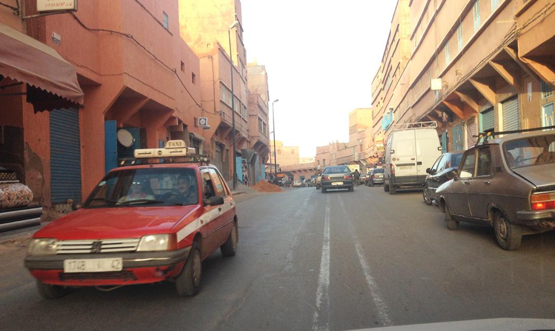 Модель Peugeot начала 80-х годов — небольшое напоминание о прошлых колониальных связях Франции и Марокко. На таких машинах туристы добираются из города до склонов.