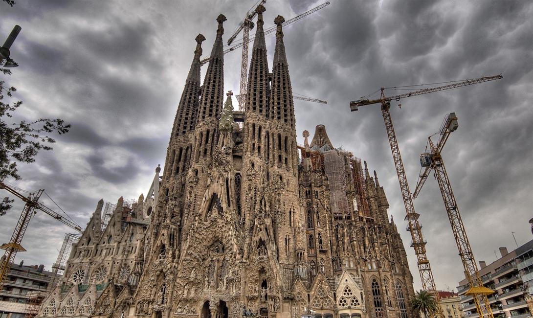 Собор Святого Семейства Барселона, Испания Собор Святого Семейства, La Sagrada Familial, считается одним из самых необычных проявлений неоготики. Его создатель, легендарный Антонио Гауди, пытался воплотить у посетителя ощущения того, что он молится в самом настоящем лесу — и преуспел. Строительство собора будет продолжаться еще пару десятков лет, но посмотреть на него можно уже сейчас.