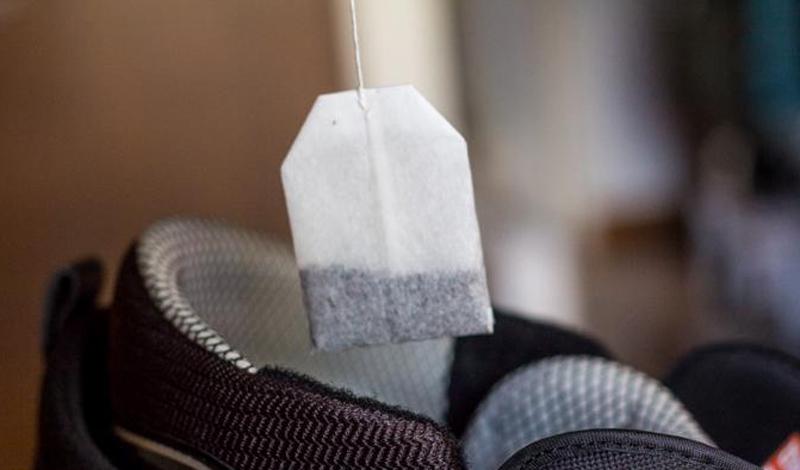 Чайный пакетик спасет вашу обувь от неприятного запаха. Просто оставьте его на ночь в ботинках — за это время чайный лист все впитает.