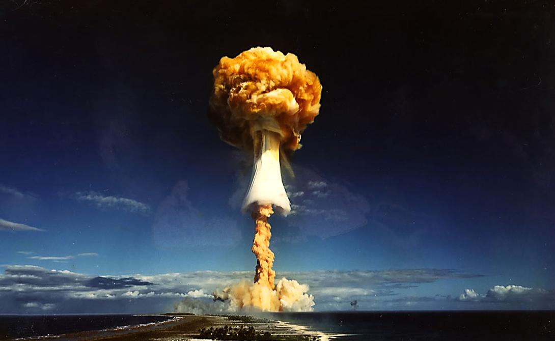Чем водородная бомба отличается от атомной Термоядерный синтез — процесс, который происходит во время детонации водородной бомбы — самый мощный тип доступной человечеству энергии. В мирных целях его использовать мы еще не научились, зато приспособили к военным. Эта термоядерная реакция, подобная той, что можно наблюдать на звездах, высвобождает невероятный поток энергии. В атомной же энергия получается от деления атомного ядра, поэтому взрыв атомной бомбы намного слабее.