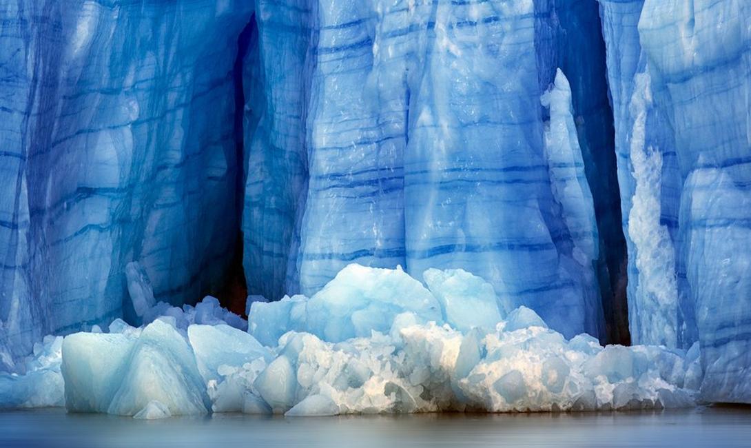 Серое озеро Чили Патагония, расположенная на юге Чили, считается одним из самых крупных природных заповедников в мире. Ослепительно голубые озера и огромные ледники этого региона привлекают сюда тысячи туристов. Наиболее привлекательной целью путешествия является озеро Серое, чьи свинцовые воды выглядят зимой особенно инопланетно.