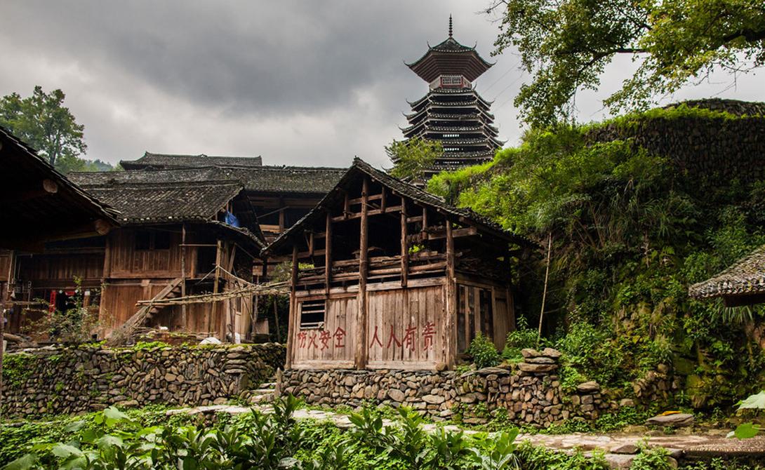 Маленькие деревушки Гуйчжоу, Китай Сама провинция Гуйчжоу считается одной из самых бедных во всем Китае. Модернизация приходит и сюда, ставя под угрозу исчезновения классические небольшие деревни, где местные жители до сих пор обеспечивают себя всем необходимым сами. Сюда действительно стоит совершить поездку, рассчитанную на несколько дней, а то и на неделю — неторопливые прогулки наполнят вас ощущением покоя и благополучия, которым могут похвастаться все обитатели провинции.