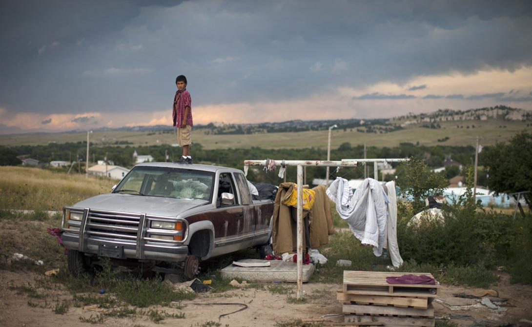 Лакота США В 1868 году племя индейцев лакота сиу подписали договор с правительством США. Согласно ему, горы Блэк-Хилс отходили индейцам на веки вечные. Через несколько лет в горах обнаружили золото — индейцев, естественно, погнали прочь грязными тряпками. Сто лет спустя американский суд постановил выплатить лакота компенсацию, но гордые краснокожие денег не взяли. А в 2007 году они просто объявили о создании Республики Лакота, суверенного государства. США, естественно, признавать его не стали, но и ссориться с коренным населением тоже не спешат. Те просто живут себе по своим правилам.