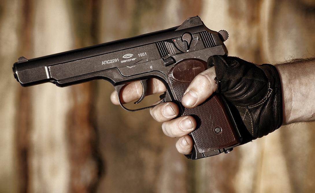 Достоинства Автоматический пистолет Стечкина обеспечивал оператору внушительную огневую мощь. Большой магазин на 20 патронов, длинный ствол, кобура, превращавшаяся в приклад, и возможность стрелять как одиночными, так и очередями. Особенную гордость конструктора вызывал механизм замедления темпа стрельбы, благодаря которому пистолет оставался управляемым и во время стрельбы очередями.