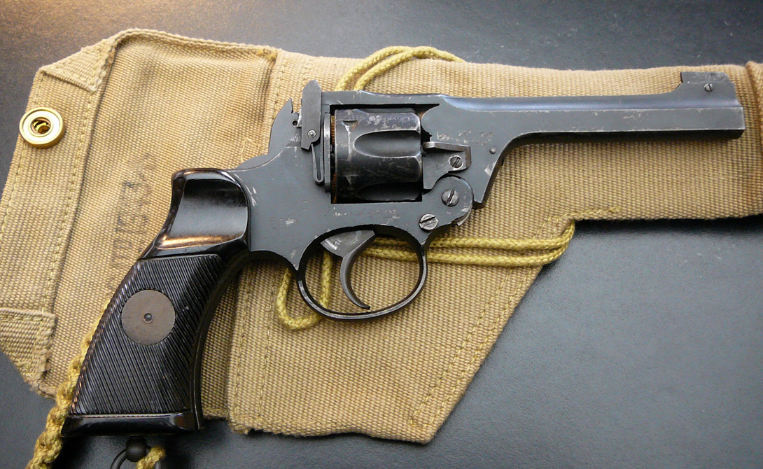 Офицерам и солдатам Эмиль представил бельгийскому военному ведомству целых два варианта револьвера. Офицеры получили оружие, курок которого взводился автоматически, при нажатии на спусковой крючок. Для солдат конструкцию сознательно ухудшили: они могли стрелять, только взведя курок вручную. Это было сделано для экономии боеприпасов — стрелковая подготовка того времени воображения не поражала.