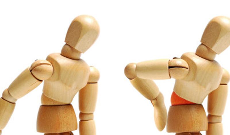 Займитесь йогой Вообще говоря, подойдут любые упражнения на статику. Но йога хороша еще и тем, что учит вас поддерживать баланс всего тела — это облегчает контроль за осанкой. Всего месяца постоянных тренировок хватит, чтобы укрепить мышцы спины и кора.