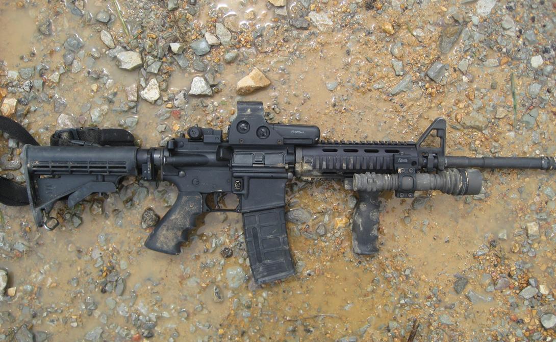 Боевой путь Вообще говоря, AR-15 в боевых действиях практически не участвовала. ArmaLite продали все права на свое детище (к слову сказать, единственное успешное) парням из Colt. Те же времени терять даром не стали и принялись штамповать винтовку огромными партиями. AR-15 появилась у BBC США, где получила маркировку М16, а затем ее приняли и сухопутные войска страны — просто потому, что аналогов на тот момент не было. Солдатам обновка пришлась по вкусу — она быстро вытеснила устаревшие М14. Кучное, простое в обслуживание оружие показывало весьма достойную эффективность: вариации М16 до сих пор используются боевыми подразделениями армии США.