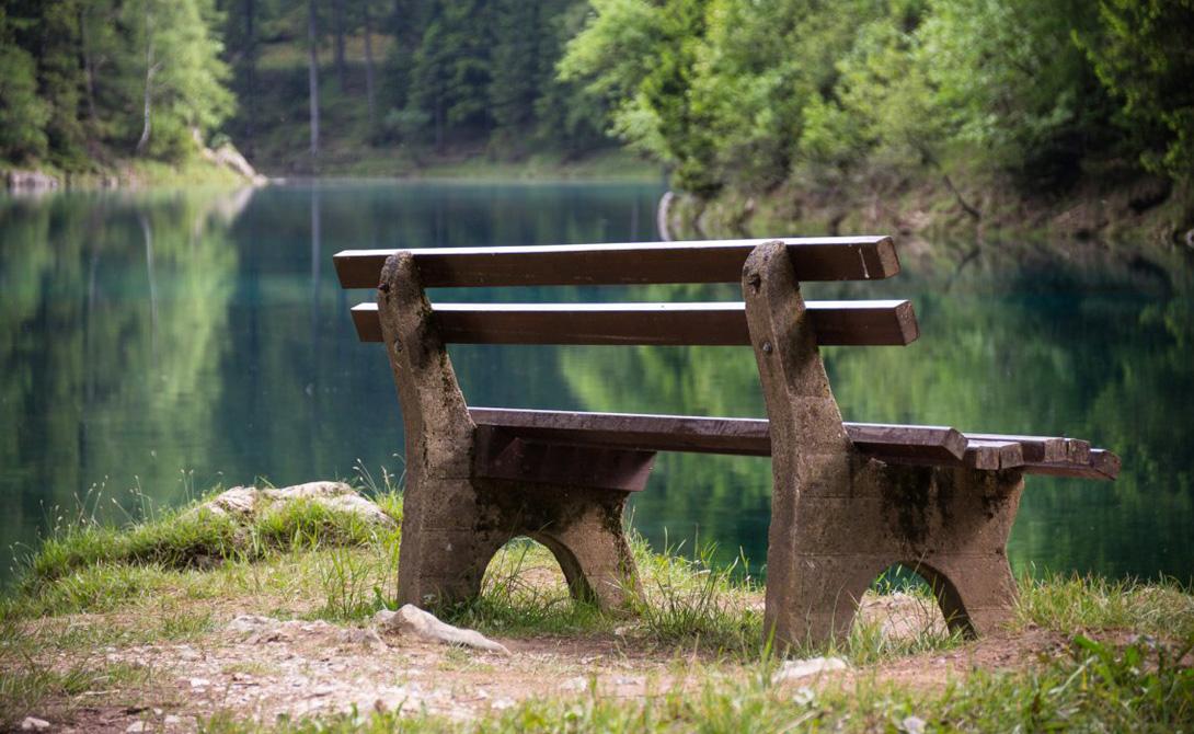 Максимальный уровень воды бывает в июне. А эту скамейку мы еще увидим — правда, несколько в другом ракурсе.