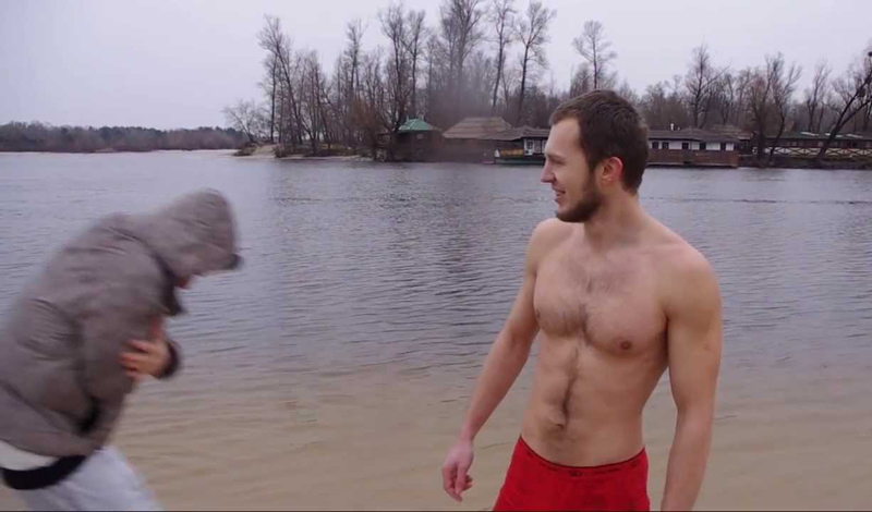 До заплыва Итак, вы тщательно готовились к купанию в ледяной воде и успели закалить свое тело. Учтите, это значит — посвятили тренировкам как минимум два месяца. Можно приступать к заплыву. Непосредственно перед погружением нужно обязательно разогреть все тело. Бег, бурпи, отжимания — даже комплекс обыкновенной утренней зарядки подойдет.
