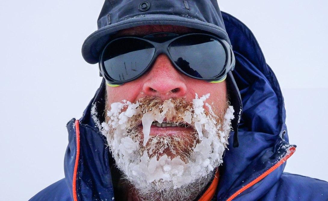 Генри Уорсли, участник множества экспедиций к Южному полюсу, прекрасно знал обо всех подстерегающих его трудностях. К финалу его досрочно прерванной экспедиции (до конца пути оставалось пройти 50 километров), он был очень истощен и голоден, измотан ужасной погодой, стоявшей почти все время. Но погубило его не это. Из-за хронического голодания и обезвоживания бактериальная микрофлора в его кишечнике сильно нарушилась, что привело к развитию перитонита. На 71-й день своего путешествия Уорсли позвонил спасателям, сообщив им, что «больше не может переставлять лыжи». 21 января его подобрала спасательная команда и доставила в больницу в Чили, где он и скончался спустя три дня.