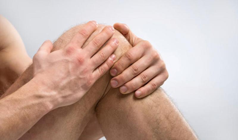 Ваши колени — метеорологи Ученые решили проверить, как погода влияет на наши суставы. Неожиданно выяснилось, что падение температуры на 10 градусов вызывает острую боль в суставах пожилых людей. Группа исследователей из Университета Тафтса пришла к выводу: понижение температуры провоцирует изменение толщины синовиальной жидкости — той самой, которая держит ваши суставы смазанными.