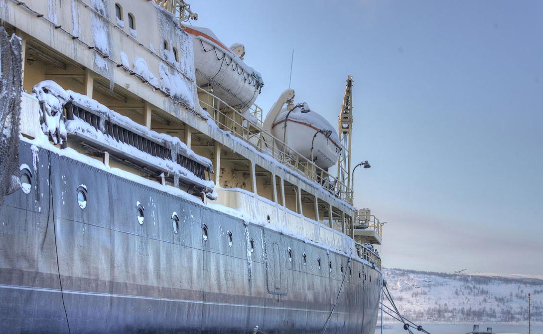 Корпус атомохода разделен на водонепроницаемые отсеки: даже если будутзатоплены главные из них, судно останется на плаву.