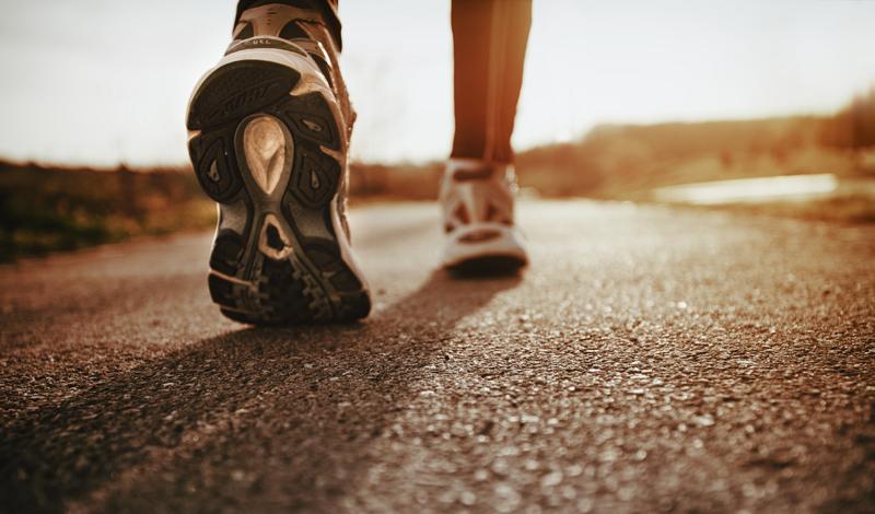 Персональные беговые кроссовки Адепты бега, коих становится все больше по городам и весям нашей необъятной страны, любят обсуждать выдающиеся достоинства сделанной на заказ спортивной обуви. Каждый уважающий себя бегун стремится обзавестись парой кроссовок, трепетно поддерживающих стопу, оберегающих пальцы ног и нежно массирующих ахиллесово сухожилие — стоит лишь повернуть голень вооот так, видите? Между тем, доказательств реальной пользы такой обуви просто не существует. Эта легенда была раздута крупными производителями спортивной экипировки, с целью поиметь еще больше денег на доверчивости спортсменов-любителей.