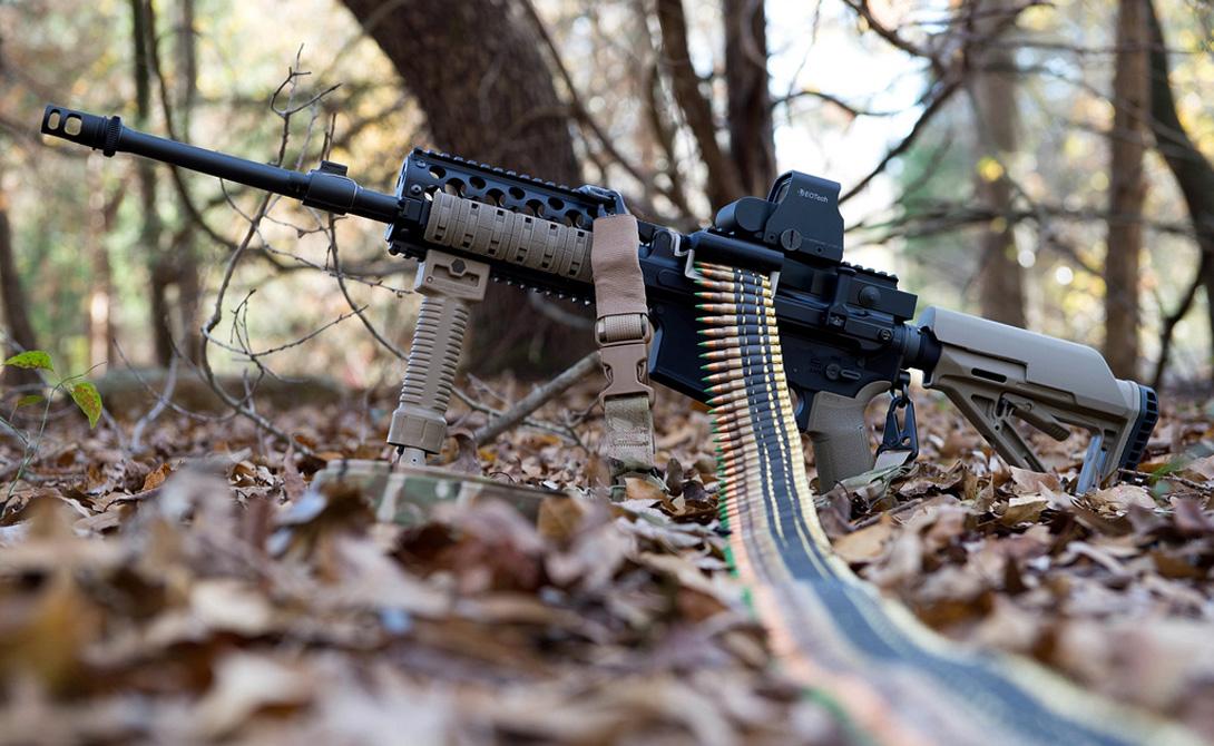 Из винтовки в пулеметы В 1998 году американские оружейники из Ares Defense Systems решили превратить привычную AR-15 в настоящий ручной пулемет. Модель Ares-16 стала странным, но вполне рабочим гибридом, который пользовался любовью и уважением солдат. Ares-16 использовались в нескольких конфликтах на Дальнем Востоке. Пулемет зарекомендовал себя простым в обслуживании и эффективным оружием поддержки, справится с которым мог даже новобранец.