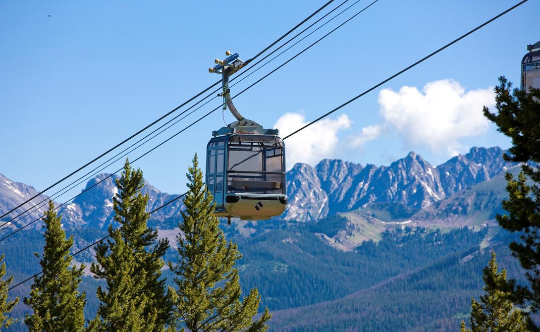 Gondola One Вейл, Колорадо Проект Gondola One заменил устаревший подъемник Vista Bahn Express еще в 2012 году. Десять небольших гондол радуют посетителей подогревом сидений и бесплатным Wi-Fi. Умелая оптимизация привела к тому, что пропускная способность повысилась на целых 40%.