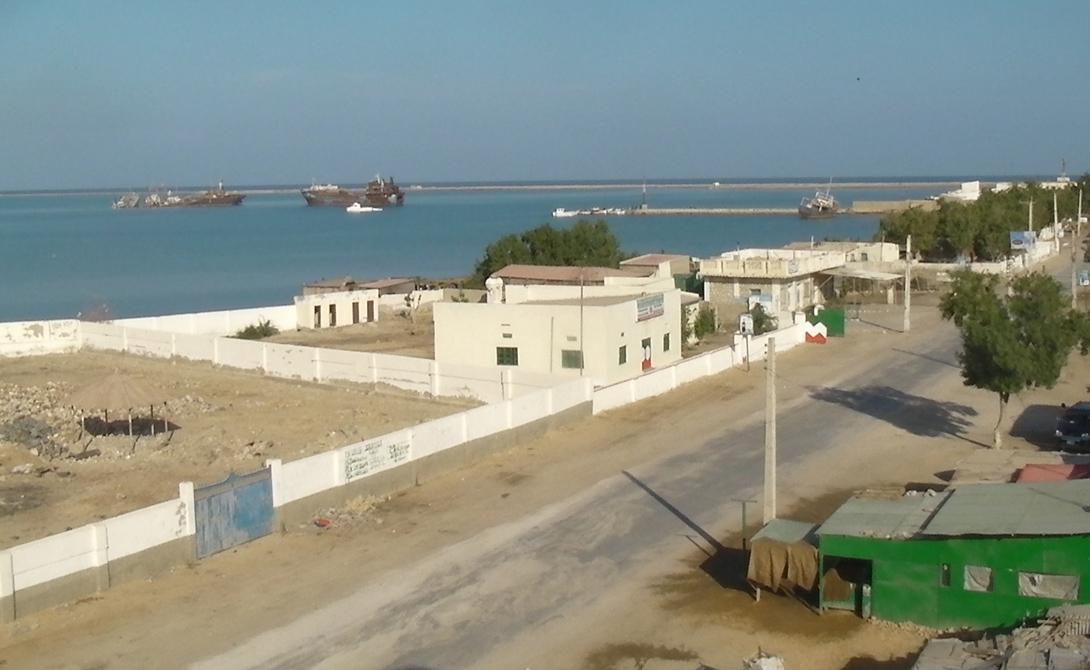 Сомалиленд Сомали Юридически Сомалиленд все еще считается частью Сомали. Международное сообщество также воспринимает Сомалиленд как часть Сомали — а вот его, в свою очередь, не спешит зачислить в реально существующие государство. Таким образом, поездка в Сомалиленд — двойное путешествие в юридическое никуда.