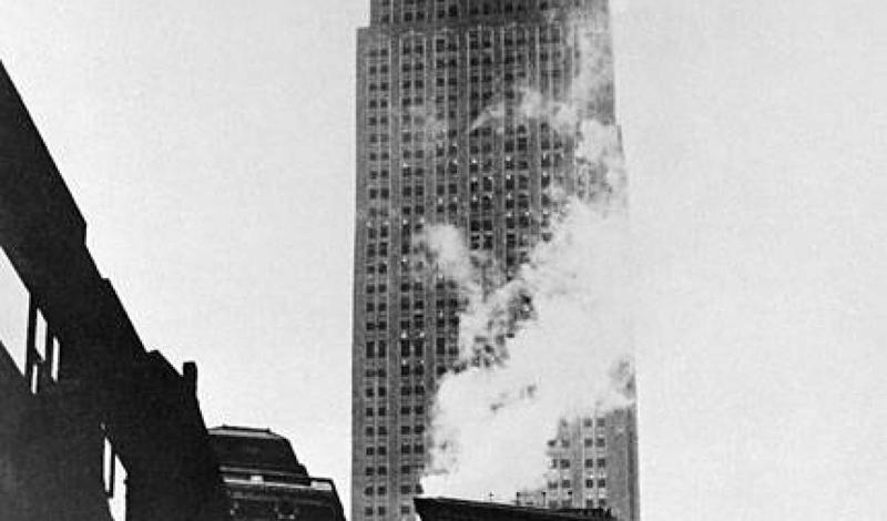 Авария на Эмпайр-стейт-билдинг В туманный день июля 1945 года один из бомбардировщиков армии США врезался в громадину Empire State Building. 15 человек погибло на месте, двигатель самолета рухнул в шахту лифта, спровоцировав взрыв.