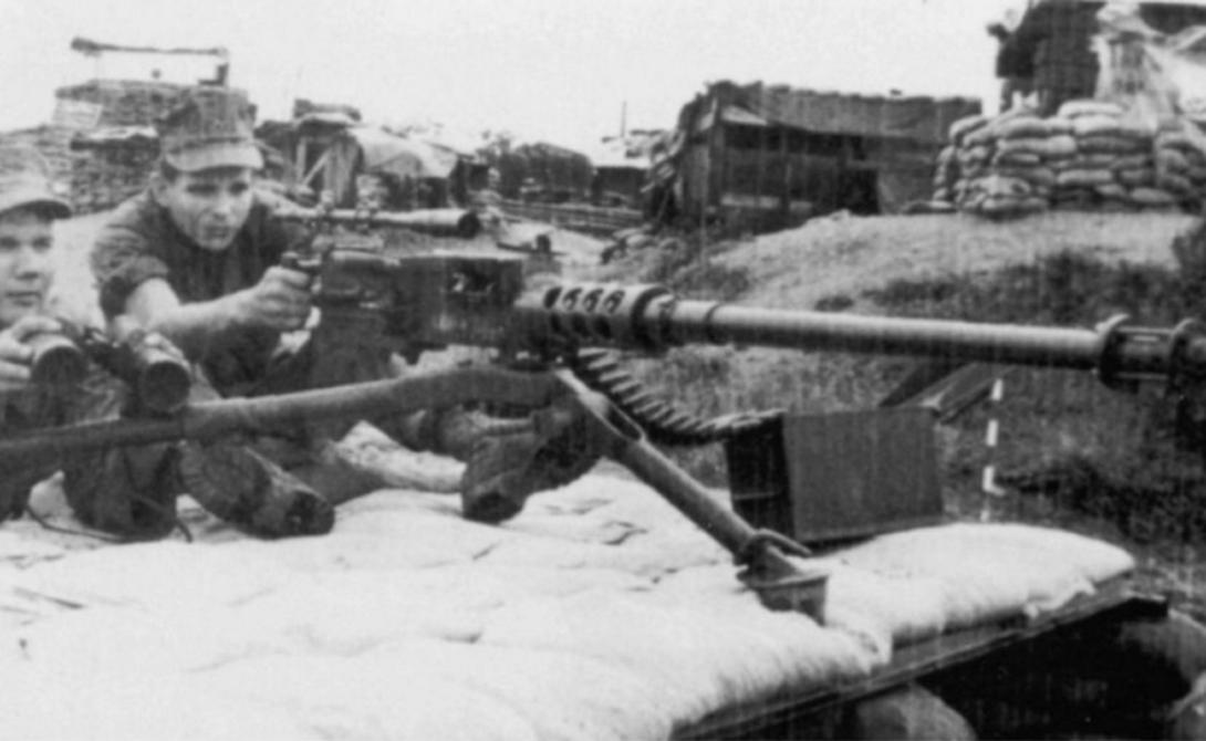 Карлос Хэтчкок Дистанция: 2 286 метра В 1967 году артиллерийский сержант Карлос Хэтчкок установил весьма необычный рекорд: вместо снайперской винтовки этот мастер использовал пулемет M2 .50 Browning, снабженный, для смеха, оптическим прицелом. Карлос сумел снять вьетконговца на расстоянии в два с лишним километра, что по сей день остается рекордом для автоматического оружия.