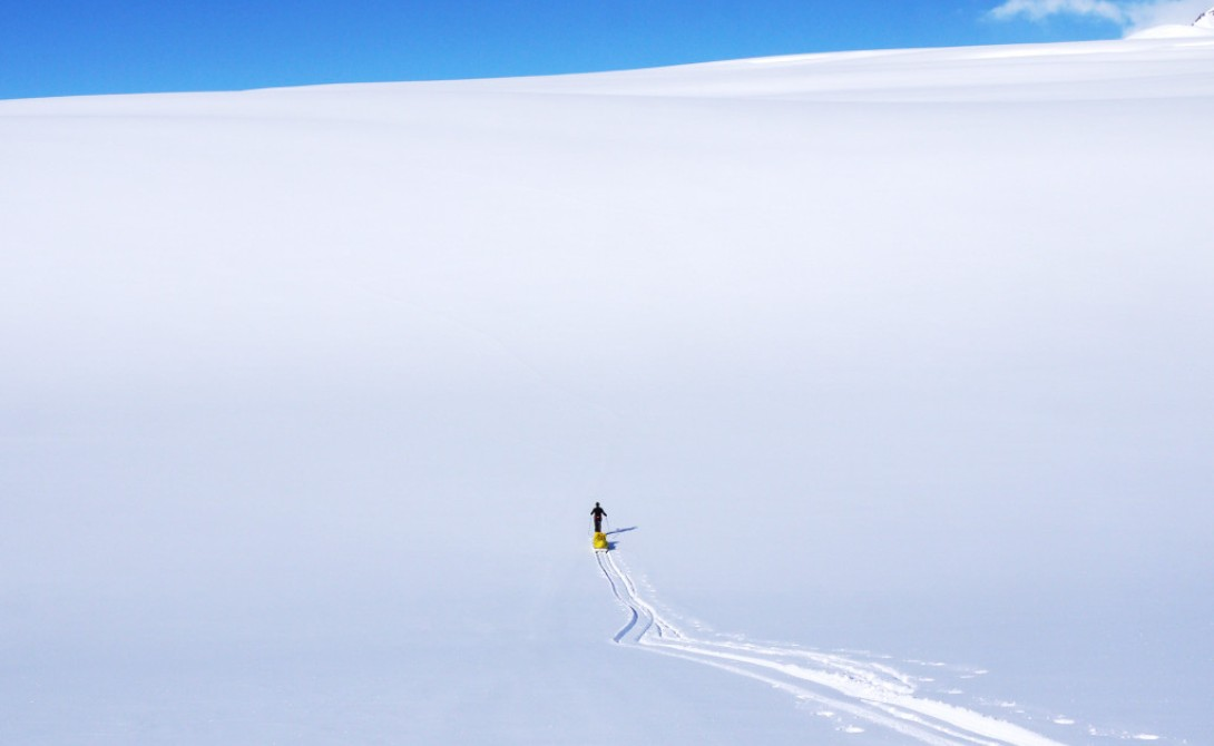 Вода – ей покрыто все вокруг, но ее добыча превращается в адскую муку в Антарктиде. Напоминаем, Антарктида является пустыней, причем пустыней высокогорной. Уорсли провел часть своего путешествия, поднимаясь на высоту 3000 метров. Каждый вдох сухого как наждачка воздуха забирает из легких драгоценную влагу. Кроме того, вода уходит с потом. Чтобы восстановить такую ужасную влагопотерю, необходимо выпивать до 6 литров воды в день, которую, кстати, нельзя получить, просто зачерпнув снега из ближайшего сугроба. Каждая капля воды должна быть растоплена над печкой.