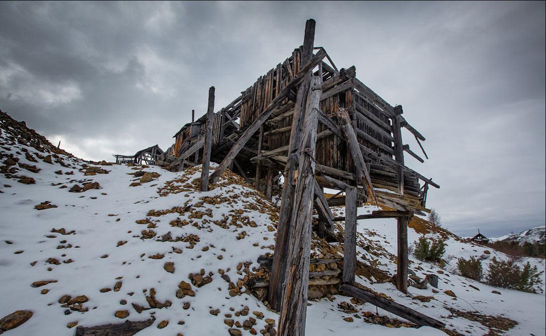 Лагерь ГУЛАГ Вот по этим артефактам скучать не будет никто. Лагеря покрыли Сибирь мерзкой плесенью; здесь гибли тысячами и пытались строить убогую жизнь десятками тысяч. Сейчас все это ужасное наследие нашего прошлого гниет под милосердной пятой природы.