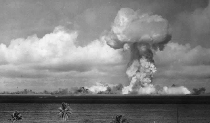 Луи Слотин Наука: физика и химияГоды жизни: 1910-1946 После спровоцированной Дагляном аварии, ядро плутония осталось на том же месте. Лаборатория Лос-Аламоса проводила множество опасных экспериментов — и ружье выстрелило во второй раз. Физик Луи Слотин решил использовать отвертку там, где предписано использование специальных лабораторных сепараторов. Металл вступил в реакцию с ядром, вызывав мощнейший радиационный выброс. Слотин умер через десять дней, а плутониевую сферу (получившую к тому времени прозвище «демонический шар») уничтожили в экспериментальном ядерном взрыве на одном из островов атолла Бикини.
