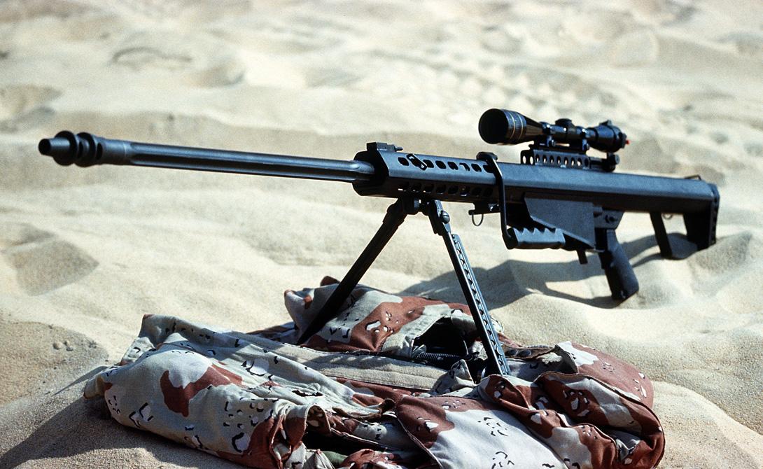 Barrett M82A1 Производитель: СШАМасса: 12,91 кгДлина: 1448 ммСтвол: 737 мм.Патрон: 12,7х99Прицельная дальность: 2 600 метров Ронни Баррет сумел разработать лучшую в мире снайперскую винтовку: принятая на вооружение еще в 1989 году, она активно эксплуатируется и сейчас. Мощный патрон с легкостью пробивает бетонные стены на расстоянии в два с половиной километра, что делает Barrett 50 Cal прекрасным выбором при полевых операциях. Опытный стрелок, вооруженный этой винтовкой, может вывести из строя не только пехоту, но и легкую бронетехнику противника.