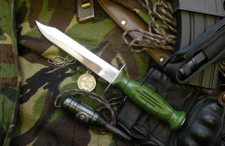 «Вишня» Он же нож разведчика образца 1943 года, он же НР-43. Нож «Вишня» пришел на замену армейскому ножу НР-40, продержавшемуся на вооружении в армиях СССР и стран Варшавского договора до 60-х годов. Почему же этот нож получил название «Вишня»? Дело в том, что на гарде ножа находится клеймо – буква «Р», довольно похожая на данную ягоду. «Вишня» до сих пор находится на вооружении российских силовых структур. Конечно, более поздних годов изготовления.