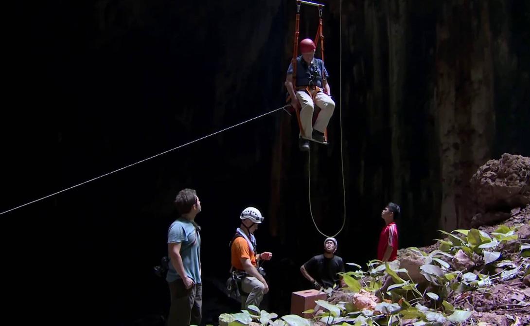 Гуано покрывает полы пещеры. В некоторых местах толщина его достигает нескольких метров. Здесь, конечно, проложены специальные деревянные дорожки для посетителей, которым вообще хватает стойкости сунуться вглубь пещеры.