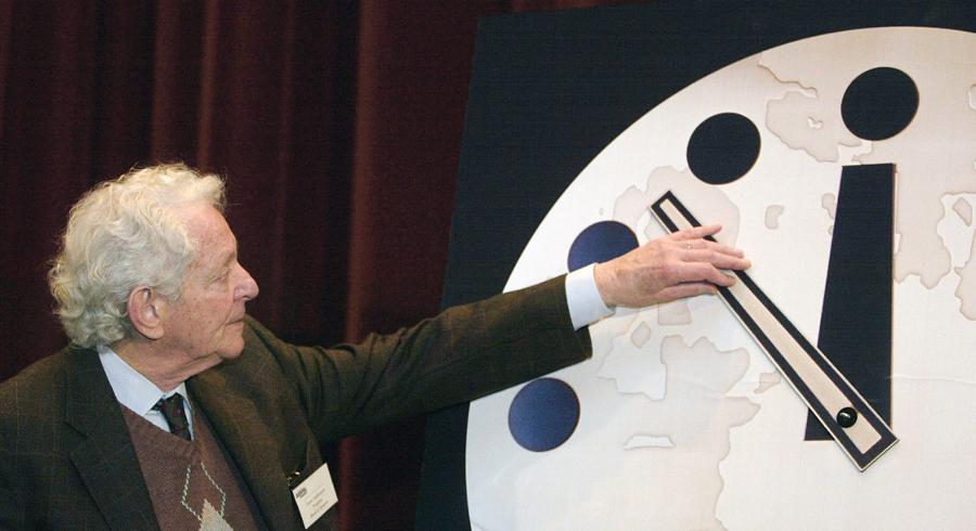 Хладнокровный расчет Создатели первой атомной бомбы, под руководством самого Роберта Оппенгеймера, постоянно публиковали новые данные о своих исследованиях в американском Bulletin of Atomic Scientists — журнале настолько сложном, что понимать его не могли и некоторые физики. В 1947 году Оппенгеймер предложил редакции Bulletin of Atomic Scientists запустить новый проект, получивший название «Часы Судного дня».