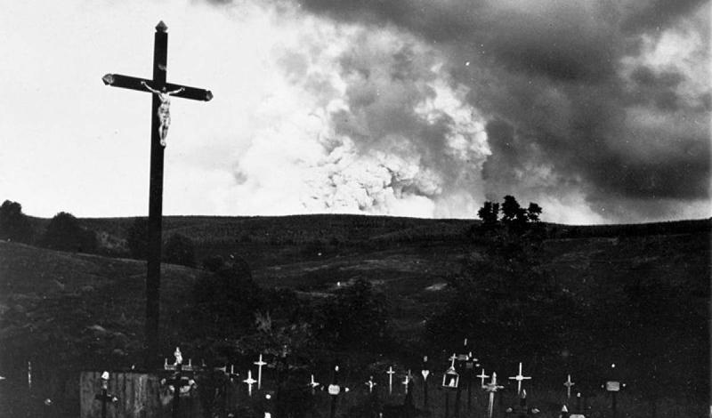 Вторжение змей В апреле 1902 года еще одно извержение вулкана повлекло за собой неожиданные последствия. Лысая гора, возвышающаяся над Сен-Пьером, Мартиника, вообще-то считалась бездействующим вулканом. На его склонах уже сотни лет спокойно жили гигантские змеи. Зола и запах серы выгнали их из своих нор прямо в город, где змеи, испугавшись, убили около 50 человек и нескольких животных. Что еще хуже, к вечеру, когда все успокоилось, вулкан ожил опять и затопил весь город лавой. Из населения в 30 000 человек выжило только двое.
