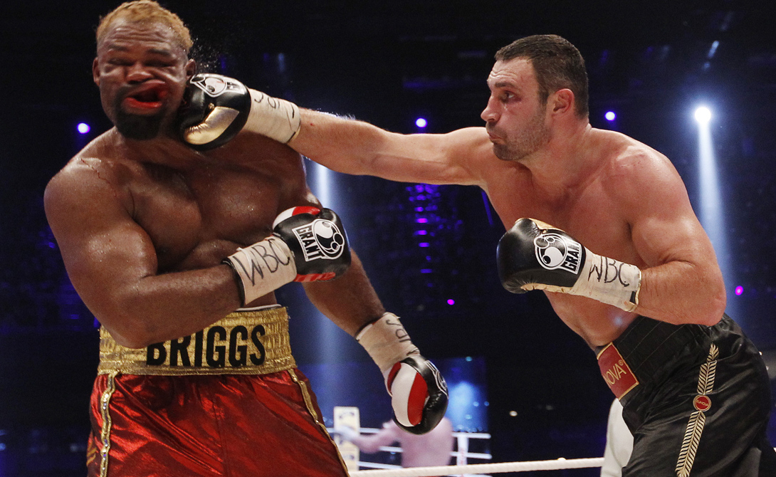 Бокс Современный бокс появился в начале XVIII века. Английские джентльмены теряли свой изысканный лоск, как только дело доходило до драки — и поступали правильно. Бокс отлично подходит для «работы» на улице: он не требует лишних махов ногами, чреватых потерей равновесия. К тому же, даже начинающий боксер, выстоявший уже несколько раундов на тренировках, более-менее приучен к получению ударов и не будет теряться перед противником.
