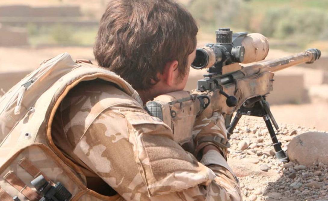 Капрал Харрисон Дистанция: 2 462 метра Британский снайпер, капрал Хорс Крэйг Харрисон, служил в отряде поддержки пехоты. Бой, случившийся в ноябре 2009 года, сделал этого бравого парня настоящей легендой среди своих сослуживцев. Харрисон сумел тремя выстрелами обезвредить водителя, стрелка и пассажира афганского пикапа, оснащенного пулеметом. Три из трех — на дистанции почти в два с половиной километра.