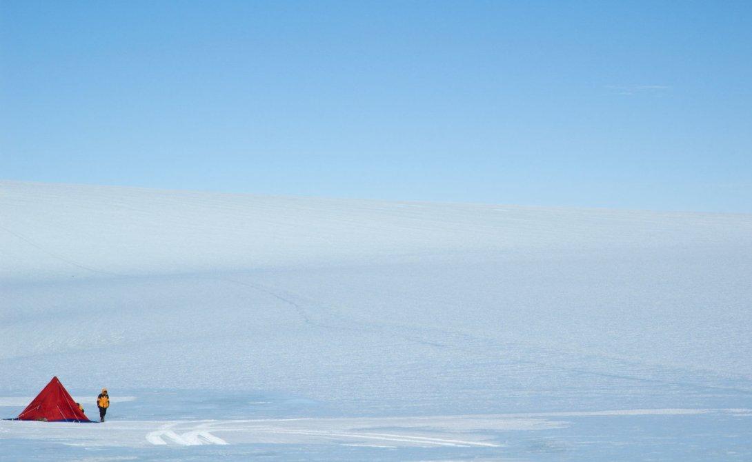 Вся суть выживания, в конечном счете, сводится к вопросу: достаточно ли человеку тепло, хватает ли ему воды и пищи. И когда дело доходит до выживания в Антарктиде, мы можем предположить, что проблема сохранения тепла является наиглавнейшей. Но замерзнуть насмерть – это не самый большой риск. Гипотермия не самая главная проблема у людей, которые направляются в очень холодные места, при условии, что они достаточно хорошо защищены. Холод, конечно, осложняет выживание, но не отбирает все шансы на него.