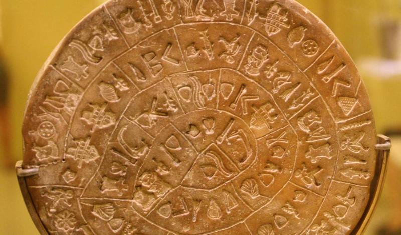 Фестский диск Фестский диск был обнаружен в 1908 году итальянским археологом Пернье. Ученый нашел глиняный диск на Крите и датировал его 1700 г. до н.э. Фестский диск заполнен странными символами, которые складываются в 61 слово. Вообще говоря, большая часть научного сообщества не признает находку Пернье реальной, но доказательств подделки также предоставить не может никто.